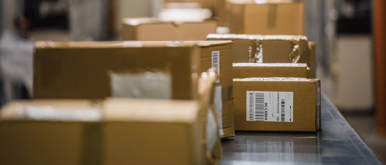 Етикетирани кафяви кутии на конвейер