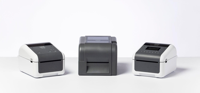 Три принтера Brother серия TD-4 в студийна обстановка с бял фон