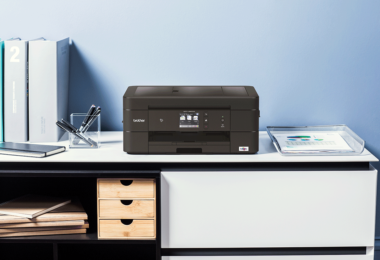 Черен мастилено-струен принтер на работно бюро