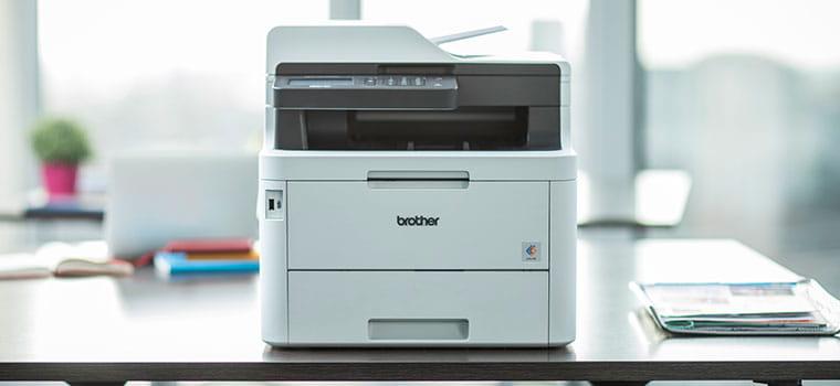 Мултифункционален цветен лазерен принтер MFC-L3770CDW на бюро с растение