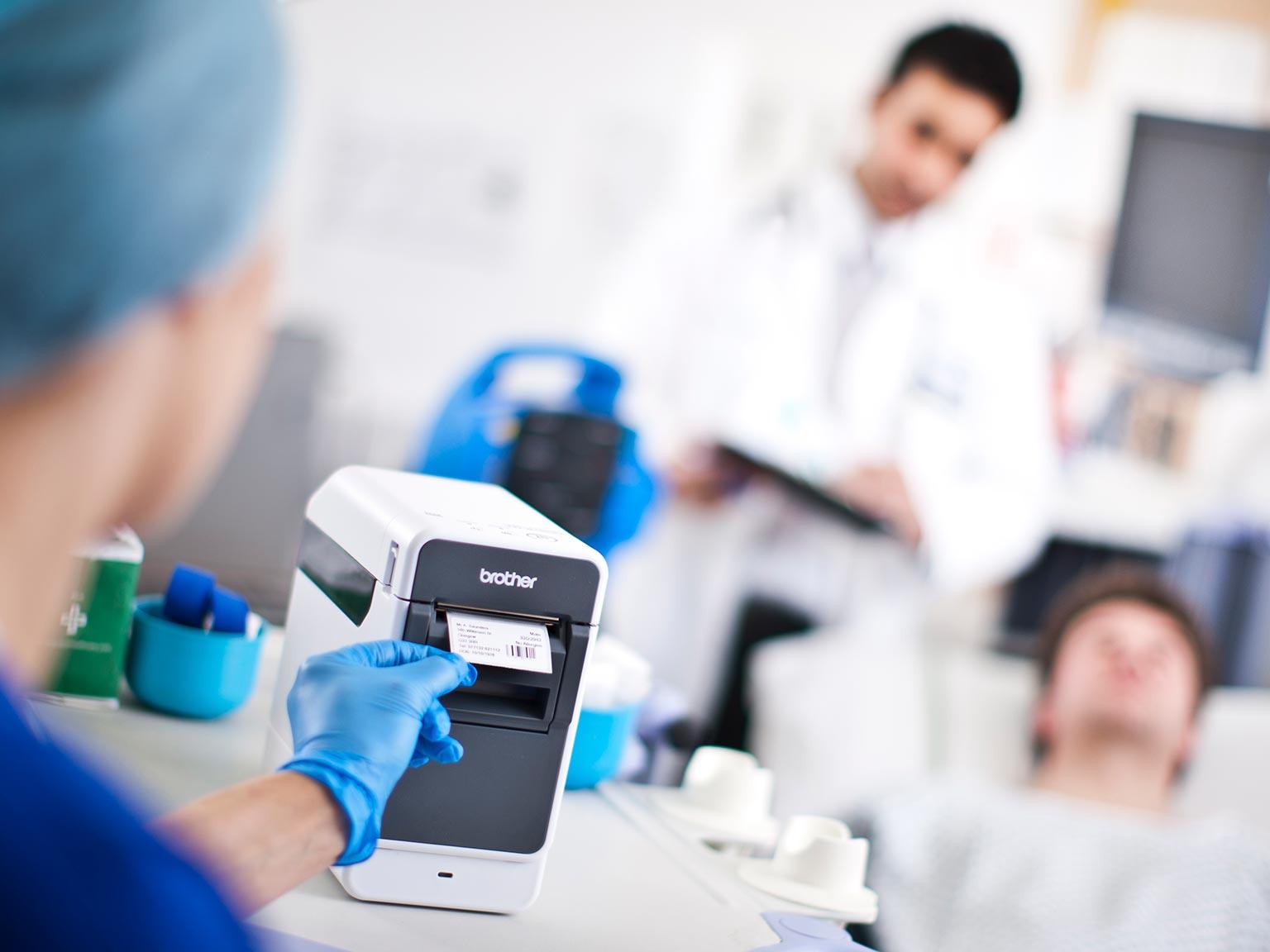 Етикене принтер Brother, серия TD2 в медицинска среда, отпечатва етикет