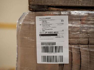 Индустриален етикет върху опакована кафява кутия