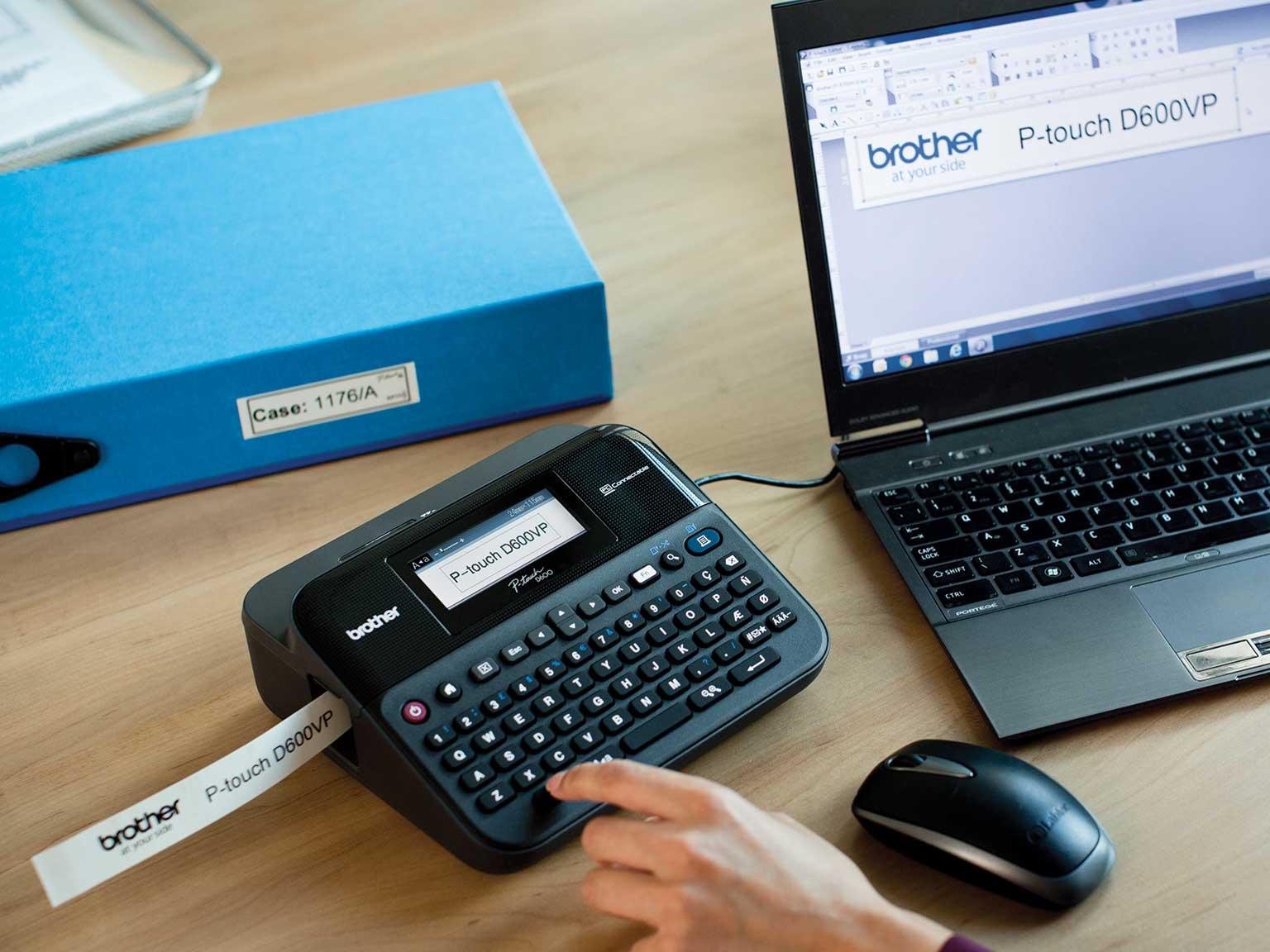 Издръжлив етикетен принтер P-touch на офис бюро, свързан към компютър