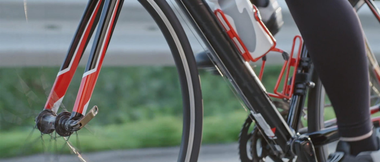 човек язди на червено колело