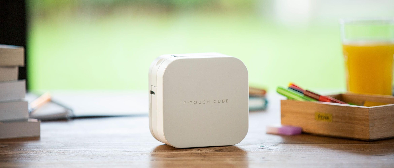 P-touch CUBE етикетен прентер поставен на кухнеска маса