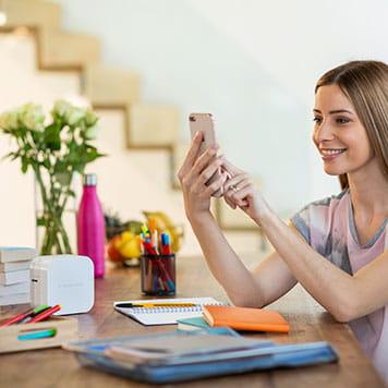 Жена отпечатва етикети през смартфон