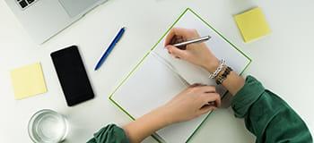 водене на бележки на бюро с мобилен телефон