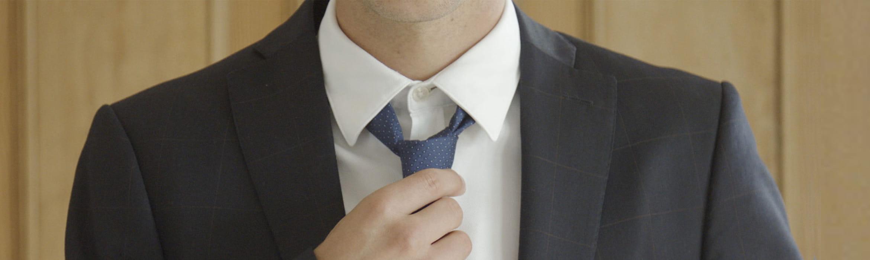 Човек с костюм и вратовръзка