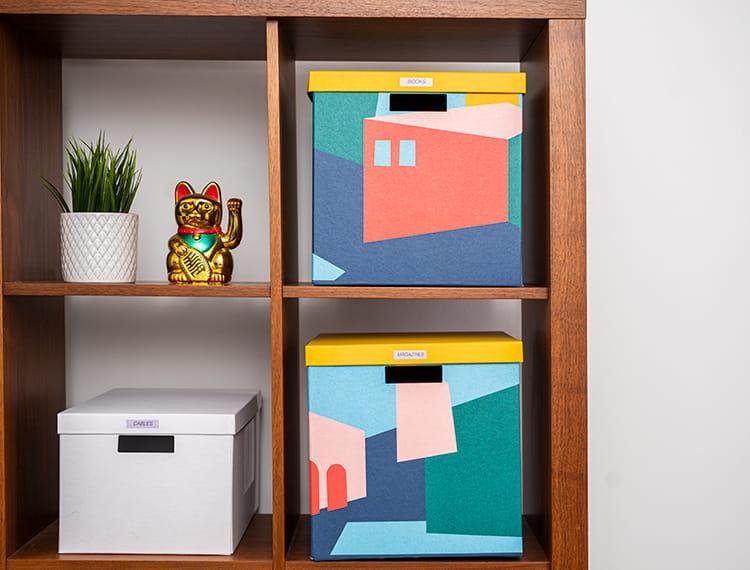 Квадратно шкафче с аксесоари и кутии и съхранение