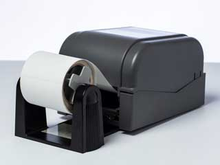 Опционален държач на ролка, инсталиран на етикетен принтер Brother TD-4D