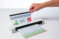 Brother DSmobile DS640 преносим документен скенер със ръка, подаваща документ за сканиране