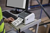 Печат на етикети от компютър в складово помещение